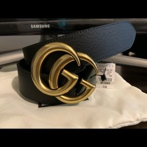 Beautiful Woman's black leather Gold buckle GG